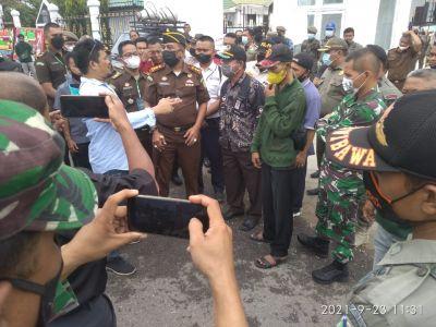 Para Demonstran Hadiahi Keranda Mayat Kepala Kejari dan Ketua PN Muara Bulian